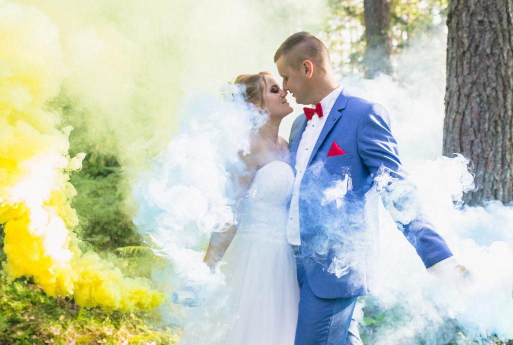 sesja ślubna z kolorowymi dymami